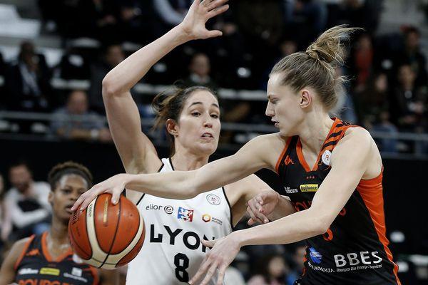 Marine Johannes, en lutte avec Rebecca Allen lors du match Bourges-Lyon d'hier soir.