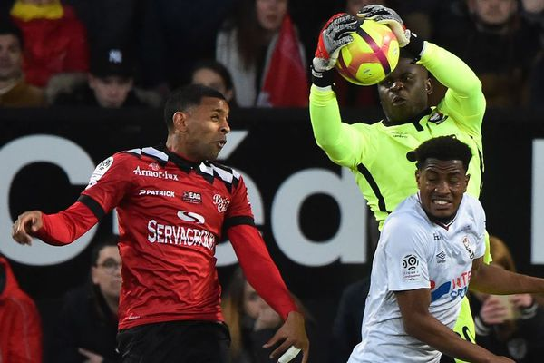 Le gardien caennais Brice Samba bloque la balle de l'arrière guingampais Ronny Rodelin lors du match entre Guingamp et Caen le 4 mai 2019 au Roudourou