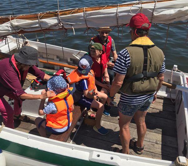 Gilet de sauvetage et couvre chef pour tout le monde, l'équipage peut larguer les amarres