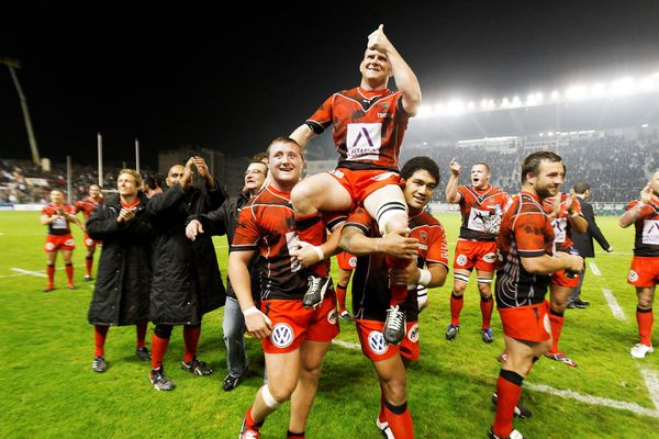 Les joueurs de Toulon portent en triomphe leur capitaine Fitzgerald suite à leur victoire en 2010 en 1/4 de finale du challenge européen contre les Gallois.