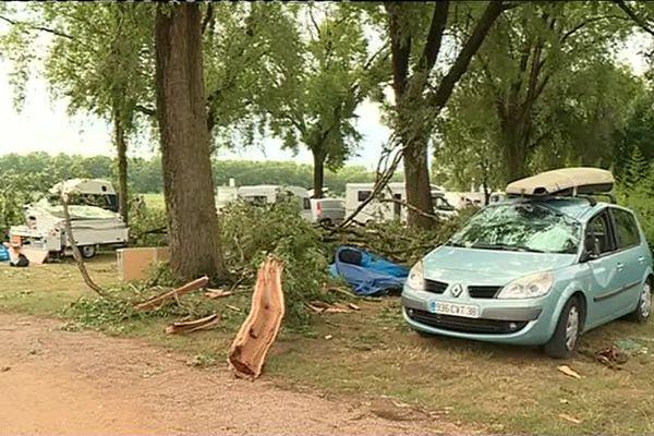 Au camping municipal de Mâcon, de grosses branches se sont abattues sur les tentes et campings-cars : une touriste a été blessée