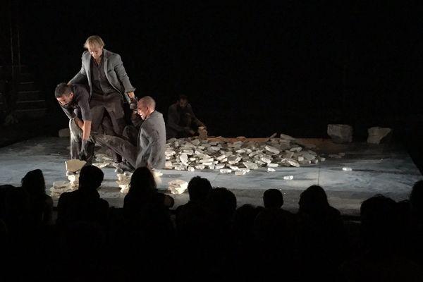 Sur scène, plus d'une tonne de cailloux qu'il faut remettre en place à chaque représentation