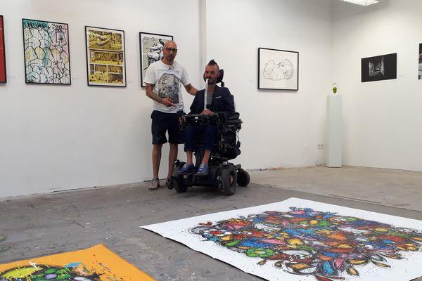 Fouad et Johann Chaulet dans le lieu d'exposition.