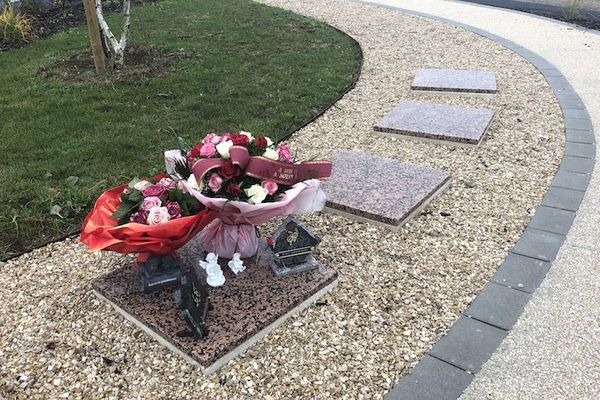Plusieurs cavurnes au cimetière de Quetigny.