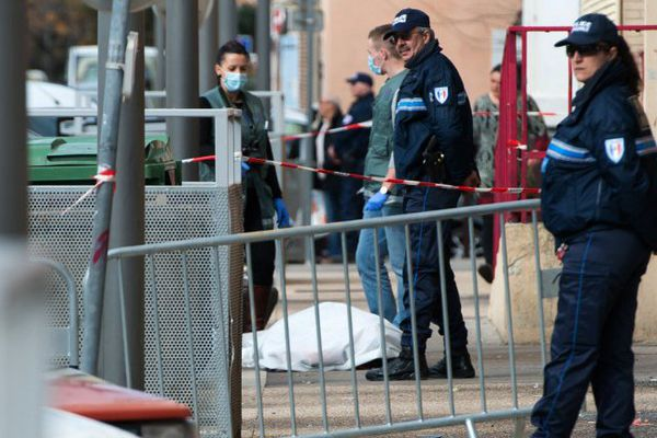 L'homme s'est effondré sur le trottoir rue Nationale à Port-de-Bouc.