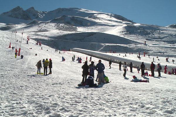 Les premiers vacanciers sont arrivés dans les Pyrénées, pour des vacances de février sur le fil du rasoir pour les professionnels du tourisme.