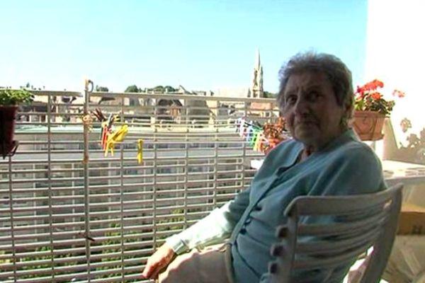 Seul contact avec l'extérieur pour cette dame de 93 ans depuis deux mois, le balcon de son appartement