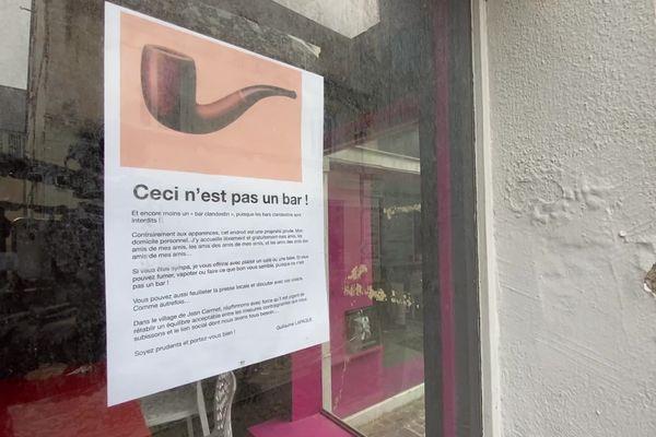 Guillaume Lapaque a affiché la célèbre pipe de Magritte sur sa devanture, légende : ceci n'est pas un bar!