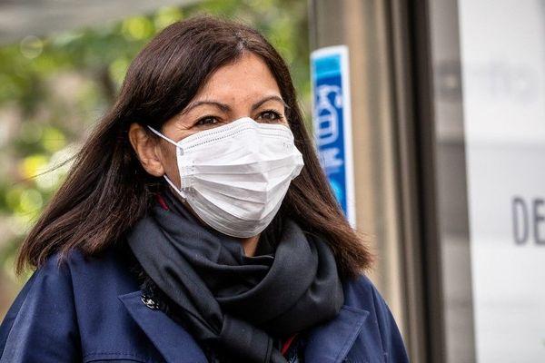 Anne Hidalgo en déplacement pour présenter les distributeurs de gel hydroalcoolique installés avec JC Decaux dans les rues de Paris, le 12 mai dernier (illustration).