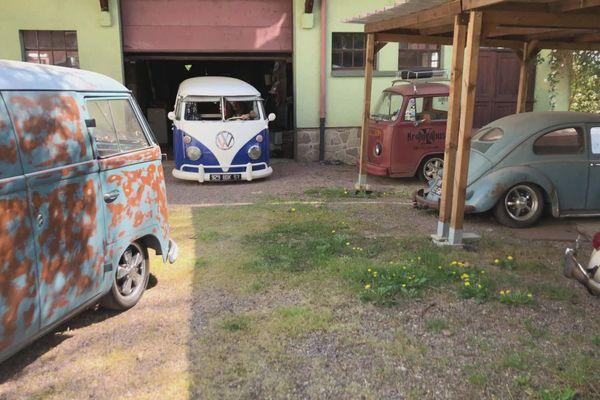 L'association Kronenbus existe depuis quinze ans. Basée à Leyviller en Moselle, elle réunit des passionnées de vieilles voitures Volkswagen.