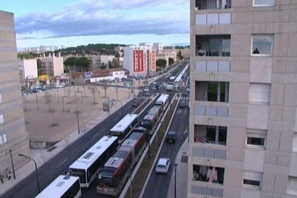 Nîmes : les voies du TCSP bloquées par une grève des conducteurs du réseau Tango - 12 avril 2013.