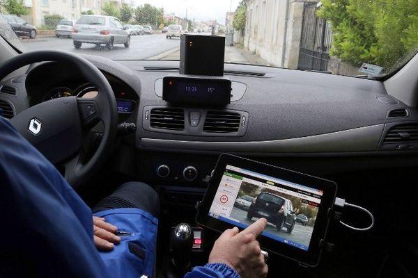 Le véhicule où est placé le radar est banalisé mais le conducteur doit porter un uniforme (photo d'illustration)