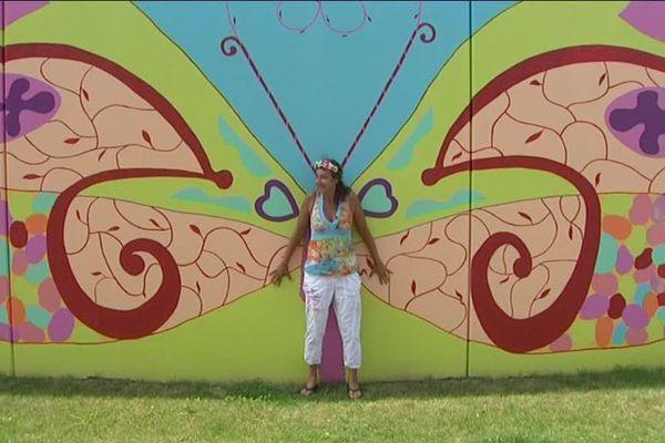 L'artiste Wonderbabette devant sa fresque à Hoenheim