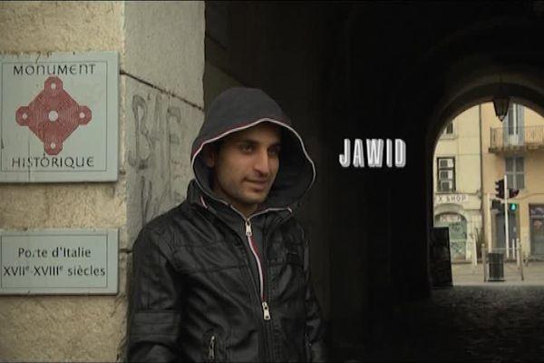 Jawad, un des acteurs du court métrage devant la porte d'Italie.