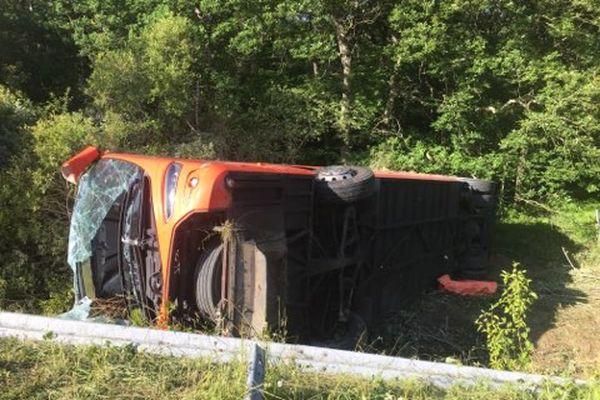 Le bus accidenté sur l'A62 après la collision contre un camion.