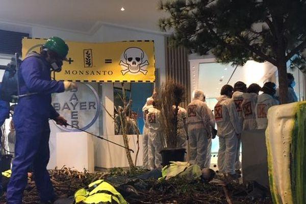 Des militants ont installé une scène de chaos climatique dans le hall du siège de Bayer-Monsanton à La Garenne-Colombes le 22 mai 2019.