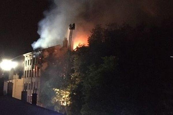 Un violent incendie s'est déclaré, jeudi 30 avril en début de soirée, dans un appartement, montée Bonafous dans le 4e arrondissement de Lyon. L'immeuble s'est effondré de l'intérieur. Près de 200 pompiers se sont déplacés.