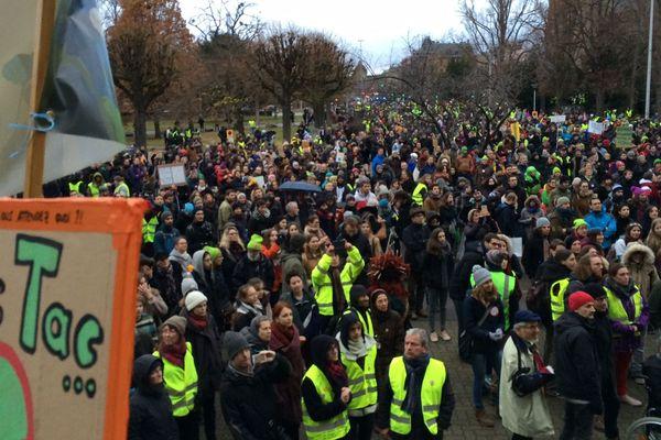 """Dans l'après-midi, des gilets jaunes ont rallié la """"marche pour le climat"""" à Strasbourg."""