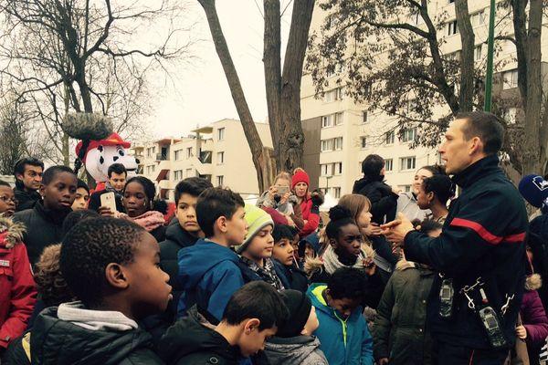 Quatorze sapeurs-pompiers avaient fait le déplacement samedi dans la cité de l'Europe, à Aulnay-sous-Bois.