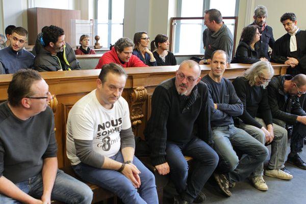 Sept ex-salariés de l'usine Goodyear d'Amiens-nord (dont Mickaël Wamen en blanc) avaient été condamnés en janvier 2018 à des peines de prison avec sursis pour avoir séquestré les anciens dirigeants de l'usine.