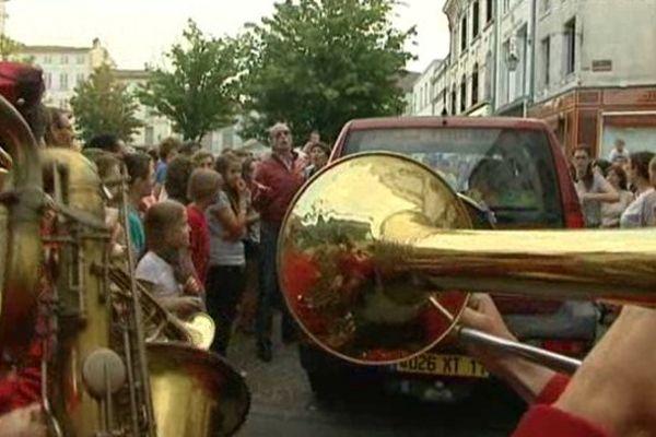 L'un des spectacle de rue gratuits à Cognac impliquait un conducteur en colère et une fanfare...