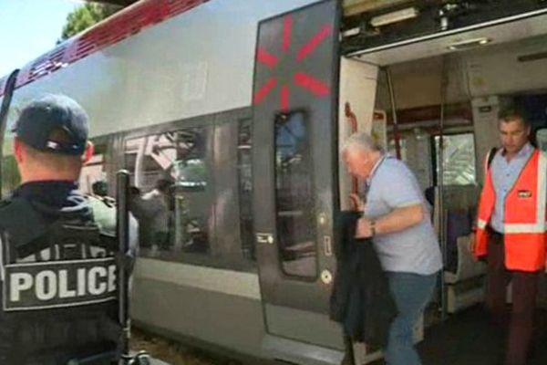 Les forces de l'ordre permettent de voyager en toute sécurité dans le train à un euro entre Nîmes et le Grau du Roi - 28 mai 2015