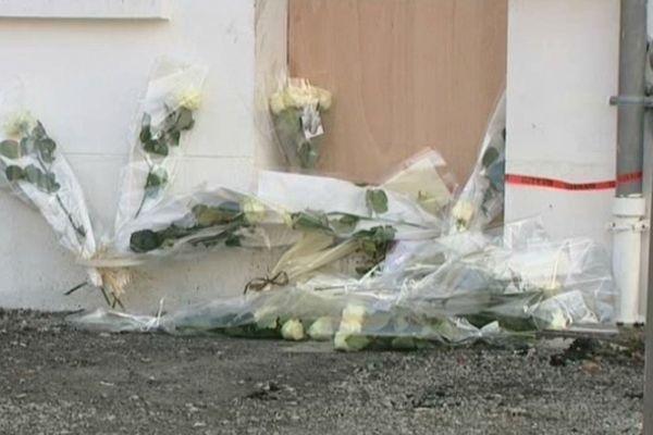 Des roses blanches ont été déposées devant la porte du pavillon où sont morts les 5 enfants