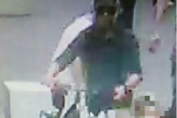 Une image de vidéosurveillance montrant l'homme recherché, le visage masqué par une cagoule, des lunettes noires avec un bermuda clair, qui a déposé un colis piégé non loin d'une croissanterie. IL circulait à vélo.