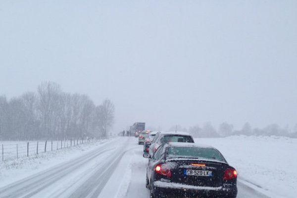 Les voitures étaient à l'arrêt ce matin sur la N83 entre Samson et Rennes-sur-Loue.