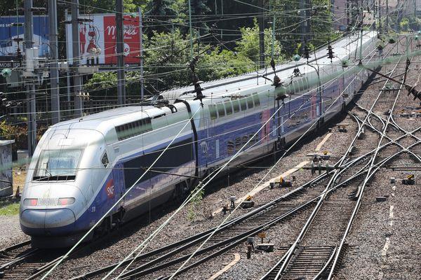 Un TGV de la SNCF quitte la gare de Mulhouse (image d'archive)