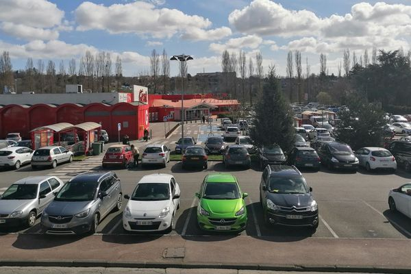 Un parking anormalement fréquenté à la mi-journée ce vendredi 13 mars 2020 à Limoges