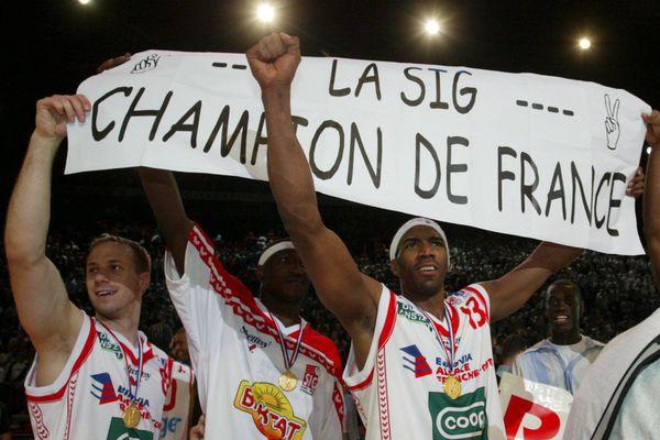 Bercy le 12/06/05 - Basket Pro A finale du Championnat de France qui opposait la SIG Strasbourg et le SLUC Nancy. Les Strasbourgeois Perincic (G) Kere (M) et Fajardo(D) fêtent leur victoire sur Nancy