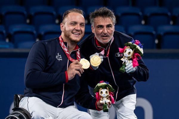 Nicolas Peifer et Stephane Houdet avec leur médaille d'or en double messieurs aux Paralympiques de Tokyo 2020, le 3 septembre 2021