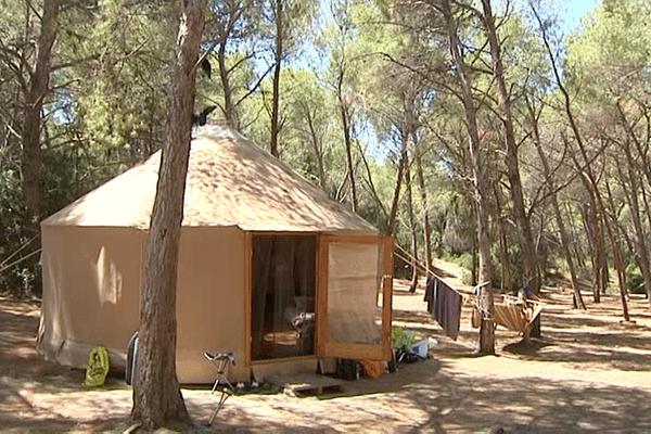 03/08/16 - Des yourtes pour tentes de camping, dans le désert des Agriates, près de la plage de Saleccia (Haute-Corse), un site naturel protégé.