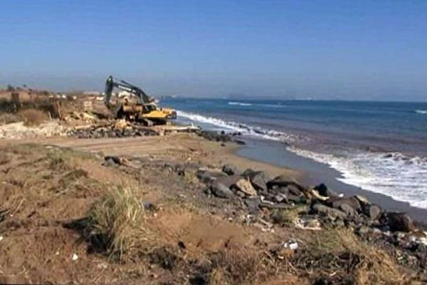 Vias (Hérault) - les travaux pour sauvegarder la plage et le cordon dunaire attaqués par la mer - 19 février 2015.