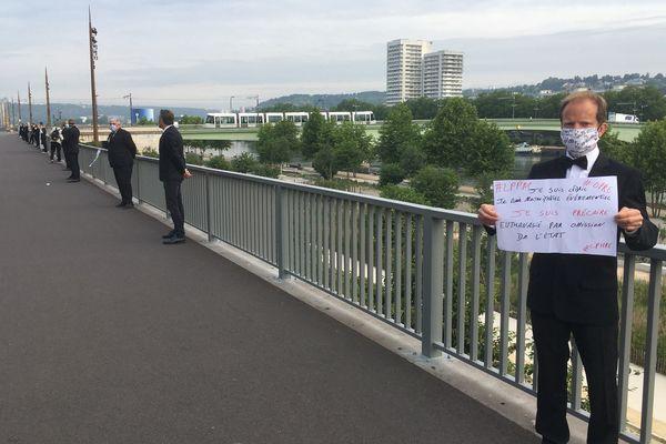 Nouvelle action des maîtres d'hôtel sur le pont Jeanne d'Arc à Rouen.