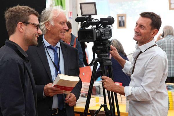 L'auteur Lorrain Nicolas Mathieu, Goncourt 2018, avec les journalistes de France 3 Lorraine Patrick Germain et Olivier Bouillon lors du Livre sur la Place 2018 à Nancy (Meurthe-et-Moselle).