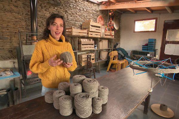 Laura Chalendard tisse la laine de ses brebis à Rive de Gier dans la Loire