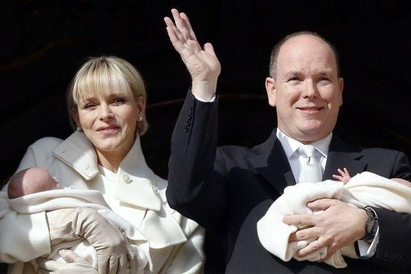 Charlène et Albert de Monaco, tenant chacun un bébé, ont fait une apparition de plusieurs minutes peu avant midi pour saluer la population