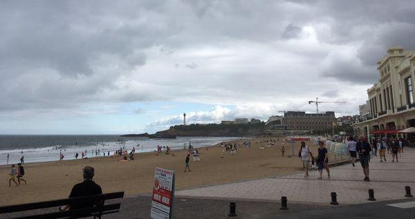 Le port du masque est désormais obligatoire pour se promener le long de la plage centrale de Biarritz.