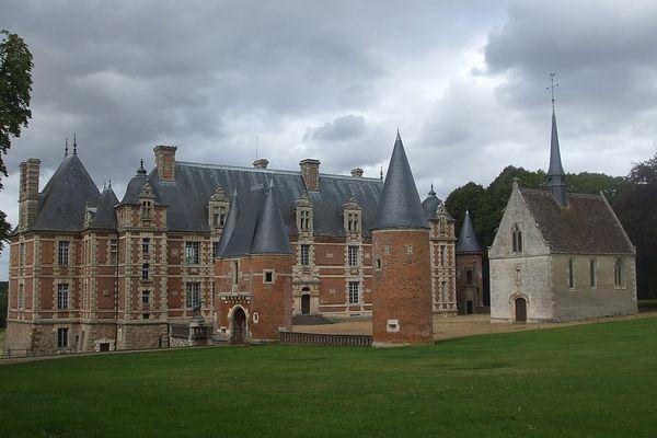 Dans l'Eure, à Gouville, un ciel menaçant ce SAMEDI sur le Château de Chambray.
