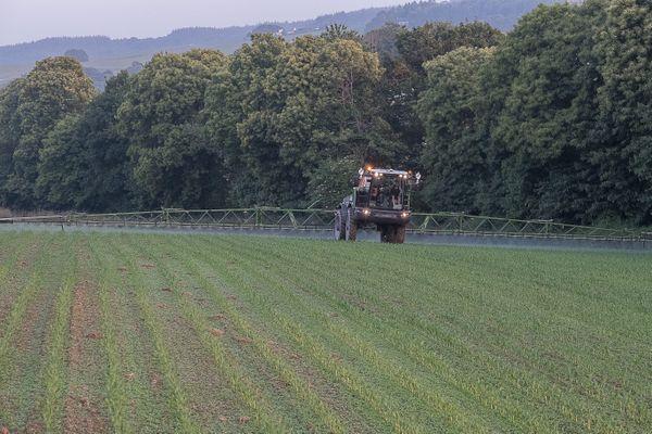 Epandage de produits phytosanitaires dans un champ