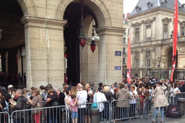 """L'attente devant l'opéra de Lyon pour l'opération """"Tous à l'Opéra"""" ce samedi 10 mai."""