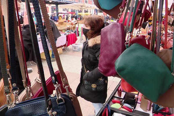 Articles non-alimentaires sur un étal d'un marché normand le 20 mars 2021