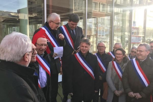 Les élus du Pays d'Auge manifestent contre la fermeture des services publics