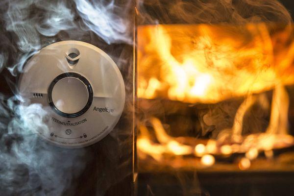 Deux octogénaires ont pu échapper à l'incendie qui s'est propagé dans leur résidence secondaire de Solignac-sur-Roche, en Haute-Loire, dans la matinée du 16 mai, grâce à leur détecteur de fumée. (Photo d'illustration)