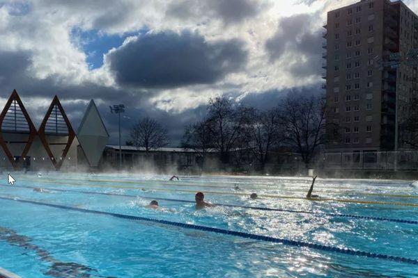 Une eau à 26°C malgré une température extérieure de 5°C, en pleine crise sanitaire, la piscine de la Source, à Orléans fait le plein.