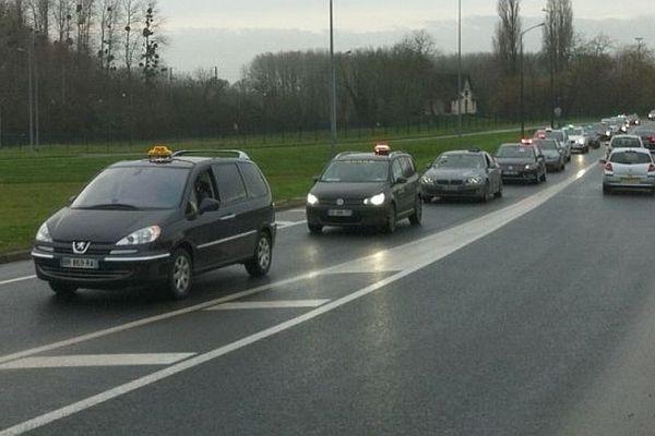 Le cortège des artisans taxis à Caen, 10 janvier 2013