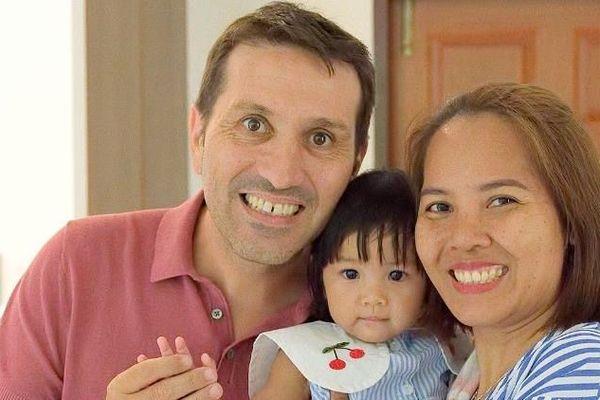 Fabrice avec son épouse Paï et leur fille d'un an Alisa.