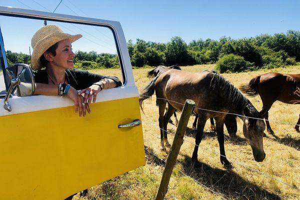 Sophie Jovillard entourée des chevaux Lusitaniens du domaine de Gaillac
